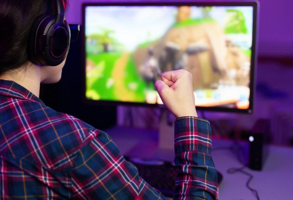 Naispelaaja voittaa online pelissä